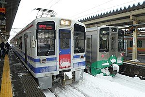 HK100 Cho Rapid Service Snow Rabbit, Naoetsu station.jpg