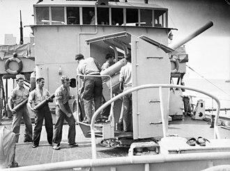 Bathurst-class corvette - Image: HMAS Cowra gun crew (109986)