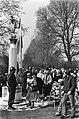 Herdenking bij het monument op de nieuwe Oosterbegraafplaats, Bestanddeelnr 929-7021.jpg