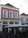 foto van Huis met gepleisterde lijstgevel waarin vensters met stucversiering