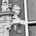 Huis met de Hoofden, hoofd naast ingangspartij rechter zijde - Amsterdam - 20018050 - RCE.jpg