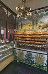 interieur van de bakkerswinkel met toonbank en tegeltableaus -