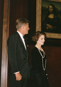 JFK and Madeleine Malraux unveiling Mona Lisa, 8 January 1963.png
