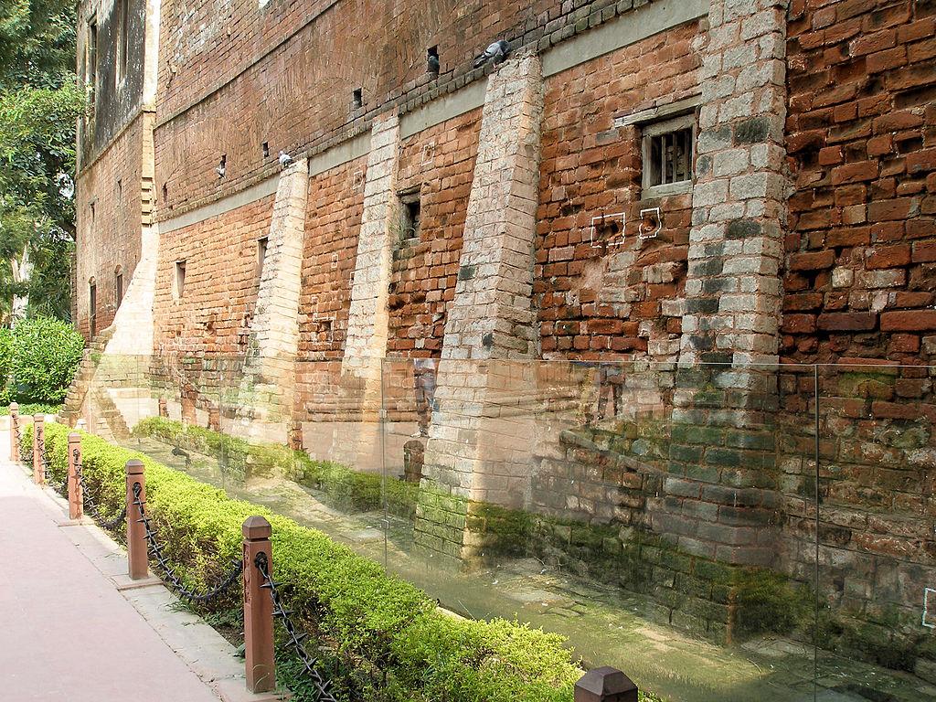 Marcas de disparos de bala, que aún se conservan, en el muro que rodea al Jardín de Jallianwala (Amritsar, India).