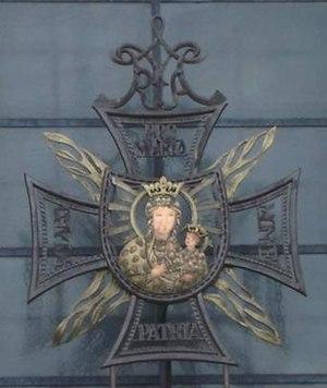 Zdobienie nad wejściem do Kaplicy Pamięci Narodu w formie krzyża konfederatów barskich