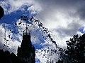 Jets d'eau sur fond du parlement (2076446913).jpg