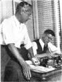 José Luis enseñando a Alberto Salinas.png
