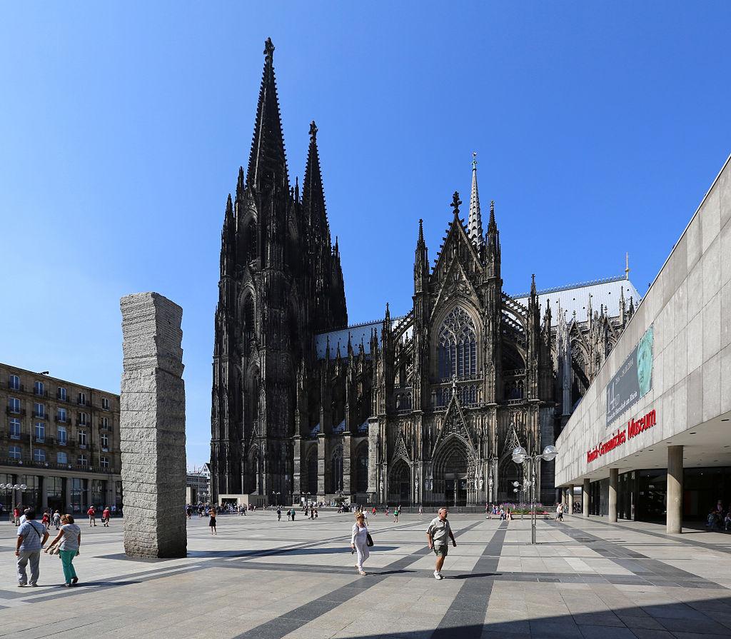 Köln, Roncalliplatz. Links Himmelssäule (Columne pro caelo, Stiftung Lions Club)