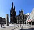 Köln, Roncalliplatz. Links Himmelssäule (Columne pro caelo, Stiftung Lions Club).jpg