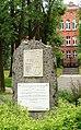 Kamienna Góra, pomnik na skwerze Langhansa upamiętniający pionierów ziemi kamiennogórskiej.jpg