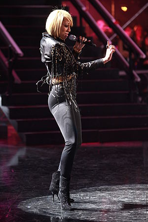 Keri Hilson - Hilson performing at the 2010 VH1 Divas Salute the Troops concert