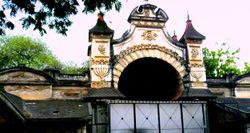 Kingkoti palace dwaramu cropped.jpg
