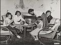 Koningin Juliana en de prinsessen eten cake en drinken limonade en thee, Bestanddeelnr 019-0439.jpg