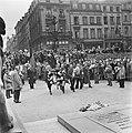 Kranslegging door bevrijde Franse politieke gevangenen op het graf van de Onbeke, Bestanddeelnr 900-2603.jpg