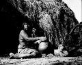 Kvinna sitter utanför hydda och formar halsen på ett lerkärl. Gran Chaco. Bolivia - SMVK - 004784.tif
