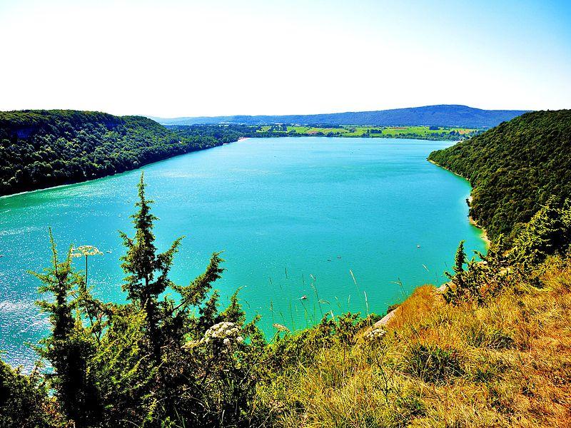 Quel beau pays la France ! 800px-Lac_de_Chalain_vu_du_belv%C3%A9d%C3%A8re_de_Fontenu