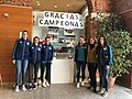 Las jugadoras del Voley Madrid Chamberí comparten sus trofeos de campeonas 01.jpg