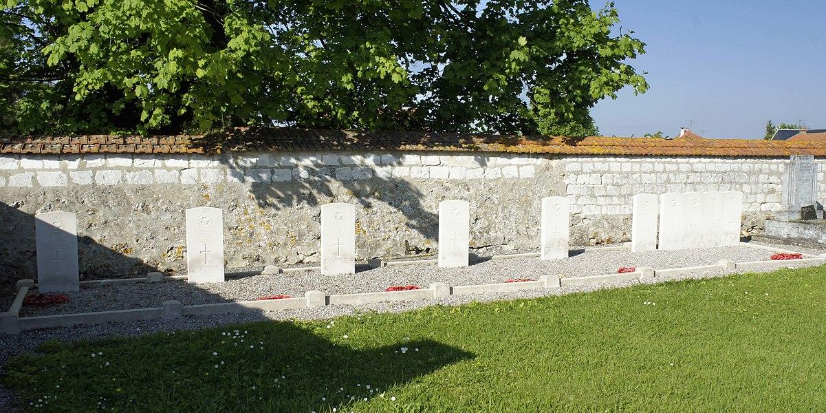 Lavannes war graves, dans le cimetière qui entoure l'église, les tombes d'aviateurs de la R.A.F.