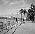 Locarno Boulevard met kindje en vrouw die de meeuwen voert, Bestanddeelnr 254-4776.jpg