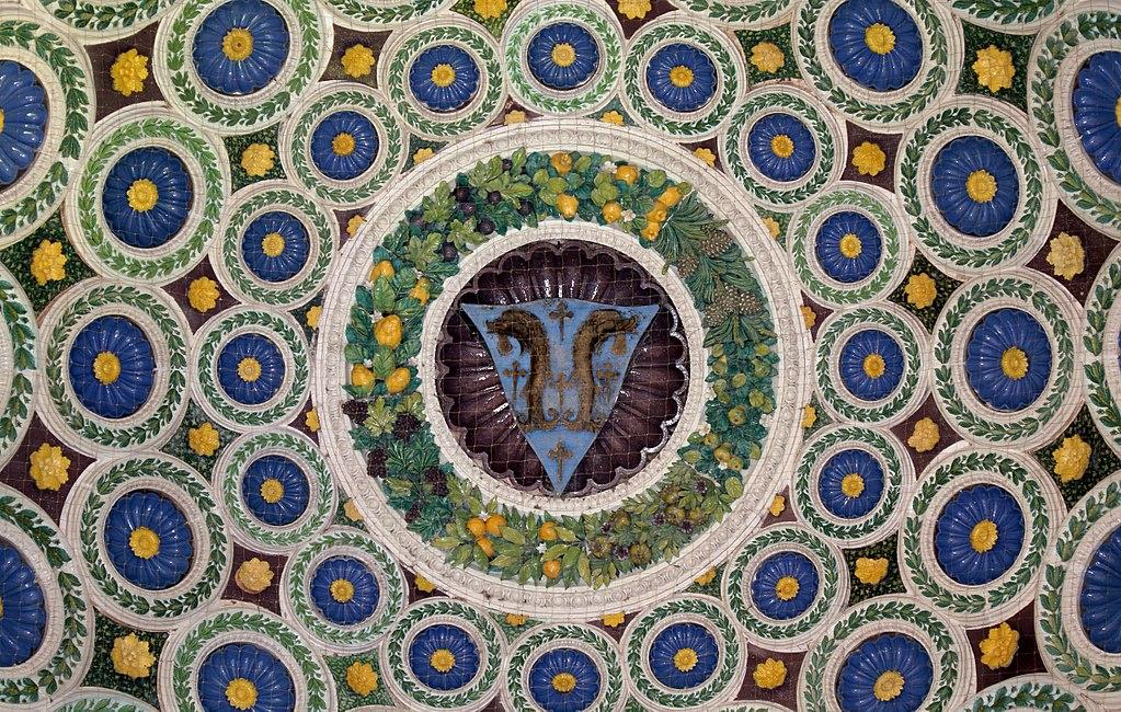 Luca della Robbia, cupoletta con stemma della famiglia Pazzi,1461, portico della Cappella de' Pazzi nella Basilica di Santa Croce