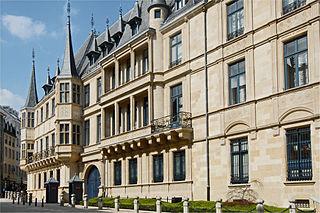 Das Großherzogliche Palais mit angrenzendem Parlamentsgebäude