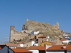 Maluenda - Iglesia de San Miguel y castillo.jpg