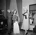 Mannequins worden gekapt voor een modeshow tijdens een autoshow in restaurant Wi, Bestanddeelnr 252-9175.jpg