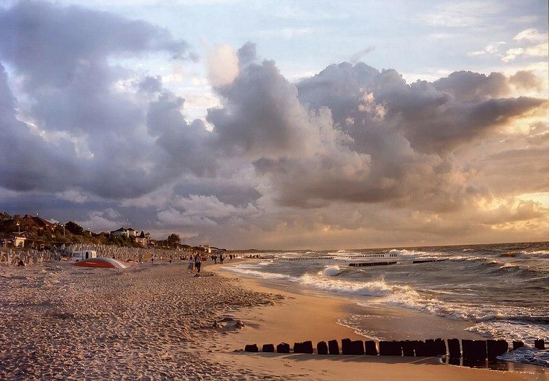 https://upload.wikimedia.org/wikipedia/commons/thumb/d/db/Mielno_plaża.jpg/800px-Mielno_plaża.jpg
