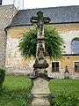 Mladějovice, kříž u kostela.jpg