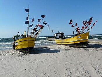 Polski: Kuter rybacki na plaży