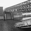 Noodbruggen aangelegd over vernielde bruggen over de Maas in Maastricht St Ser, Bestanddeelnr 900-5698.jpg