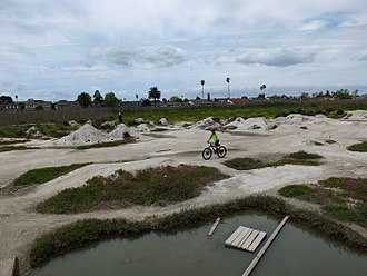Foster City, California - Image: Nor Cal 2018 060c Shells Dirt Jumps at the Beach Park, Foster City S0174019