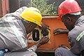 Ouvrier au travail au port de Douala.jpg