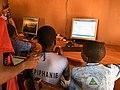 Péhunco - Enfants travaillant dans la salle informatique.jpg