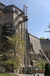 https://upload.wikimedia.org/wikipedia/commons/thumb/d/db/Panoramafahrstuhl_an_der_Festung_K%C3%B6nigstein_2007-04-22.jpg/170px-Panoramafahrstuhl_an_der_Festung_K%C3%B6nigstein_2007-04-22.jpg