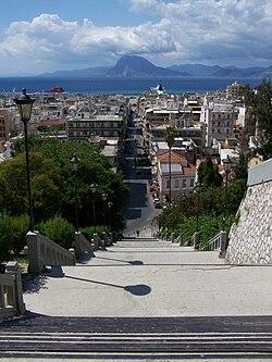 54dabc9d2a9f Η Πάτρα από τις σκάλες της οδού Αγίου Νικολάου. Διακρίνεται επίσης το όρος  Βαράσοβα στην απέναντι ακτή του Πατραϊκού κόλπου.