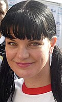 Portrait photographique du visage de Pauley Perrette, souriant.