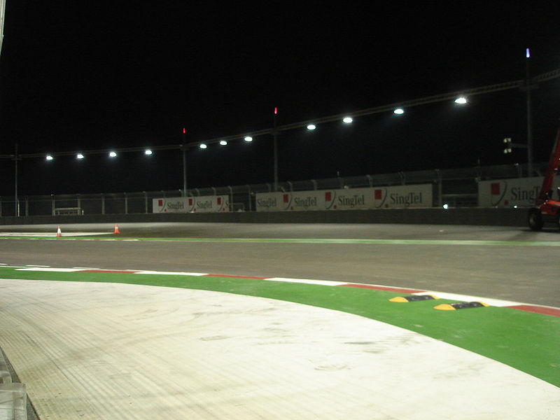 [IMG]http://upload.wikimedia.org/wikipedia/commons/thumb/d/db/Penultimate_turn_Marina_Bay_Circuit.jpg/800px-Penultimate_turn_Marina_Bay_Circuit.jpg[/IMG]