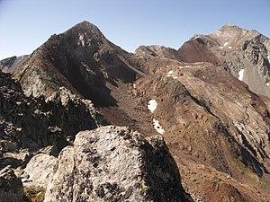Vista del pic d'Estaragne, a l'esquerra, i del pic de Campbieil, al fons a la dreta, des del coll d'Estaragne