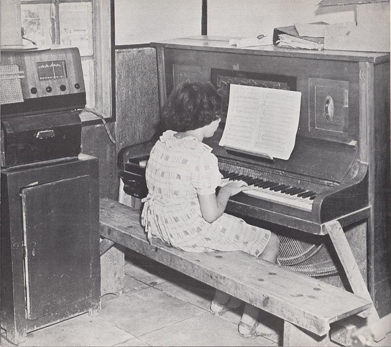ילדה פסנתרנית