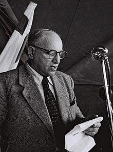 פנחס רשיש ב-1957, בעת כהונתו כראש עירית פתח תקווה