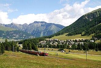 Pontresina (Rhaetian Railway station) - Train through Pontresina
