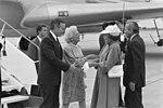 President Bush en Koningin Beatrix tijdens de begroeting op het vliegveld (8147595997).jpg