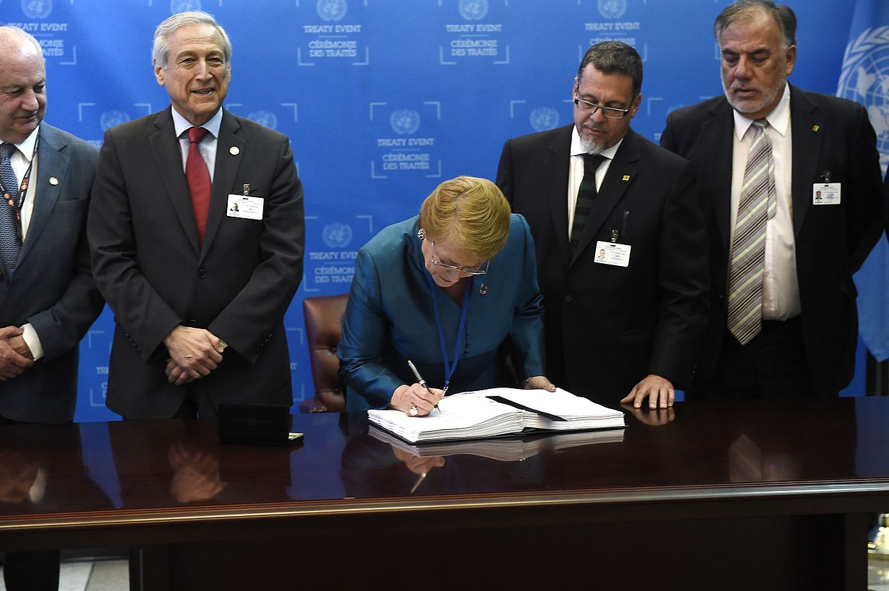 Presidenta Bachelet firma Acuerdo de París para la prevención del cambio climático (29192418033).jpg