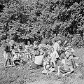 Prinses Irene met enkele andere leerlingen in de tuin, Bestanddeelnr 255-7381.jpg
