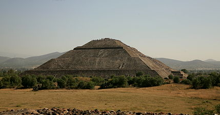 Pyramid of the sun teotihuacan with crowd.jpg