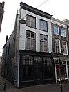 foto van Hoekpand Dolhuisstraat. Gepleisterde lijstgevel