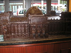 A model of the Reichstag made of chocolate at a Berlin shop