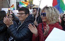 Imma Battaglia ed Eva Grimaldi nel 2015, a una manifestazione in favore del matrimonio egualitario.