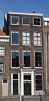 foto van Koopmanshuis, met eenvoudige lijstgevel en belangrijk Lodewijk XV-interieur
